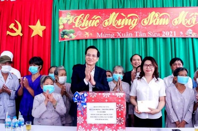 Bộ trưởng Đào Ngọc Dung tặng quà đối tượng bảo trợ xã hội tỉnh Bình Dương - 1