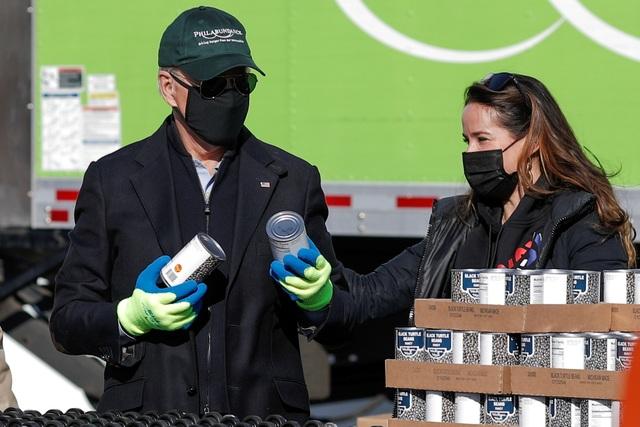Ông Biden đích thân đóng hộp thực phẩm từ thiện trước ngày nhậm chức - 3