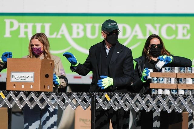 Ông Biden đích thân đóng hộp thực phẩm từ thiện trước ngày nhậm chức - 2
