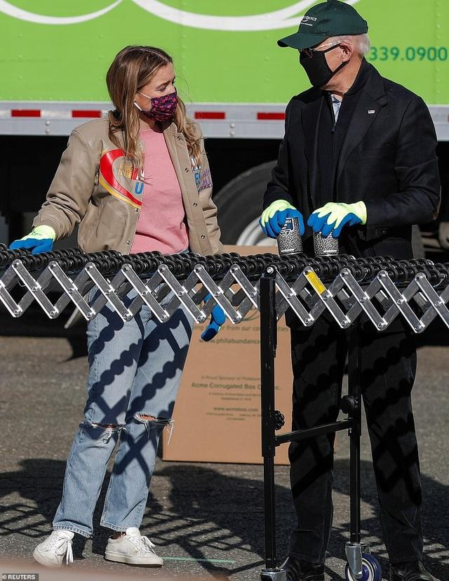 Ông Biden đích thân đóng hộp thực phẩm từ thiện trước ngày nhậm chức - 6