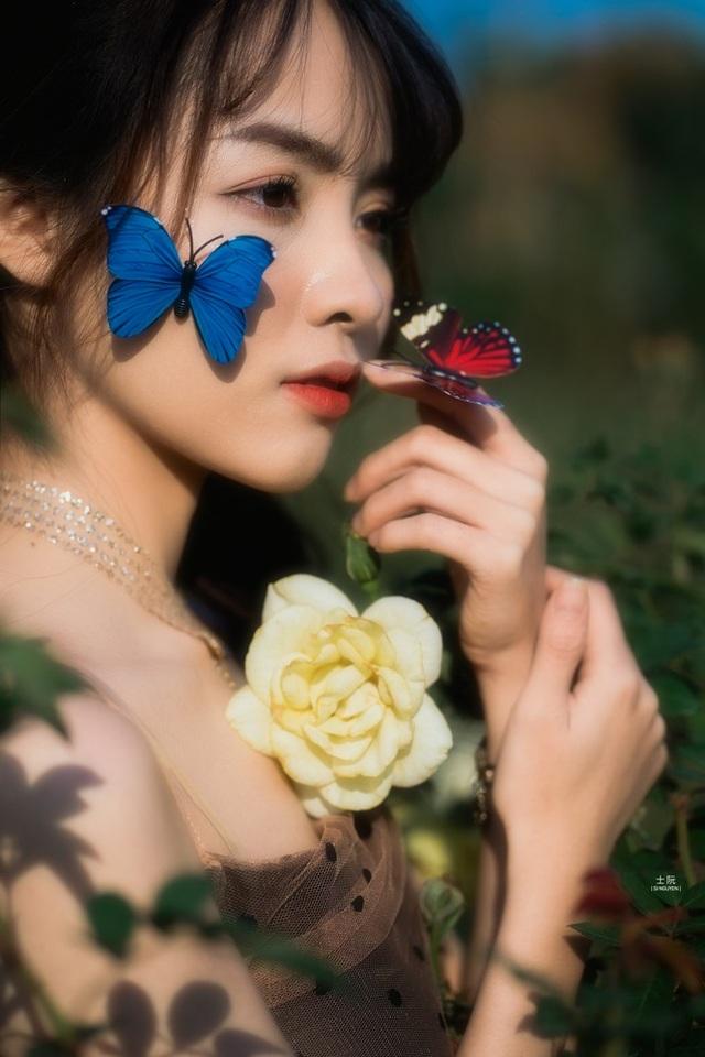 Nữ sinh Bách khoa hóa công chúa mơ màng giữa rừng hoa - 4