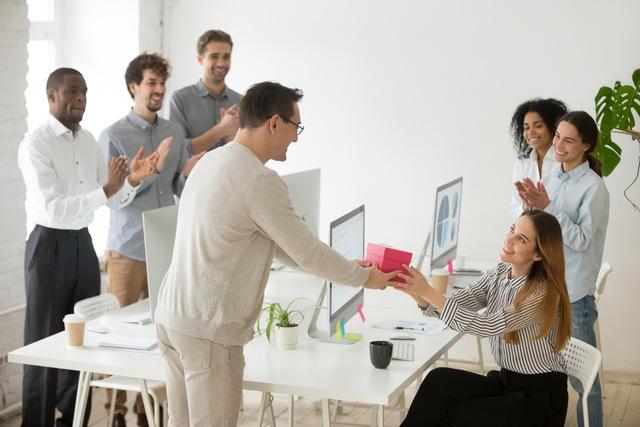 Méo mặt đặt quà Tết cho nhân viên, đối tác, mở ra... mốc meo, hết hạn - 1