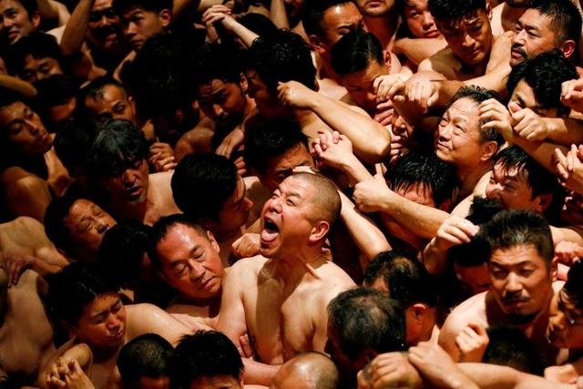 Hàng nghìn người đàn ông khỏa thân trong lễ hội kỳ lạ nhất ở Nhật Bản  - 1