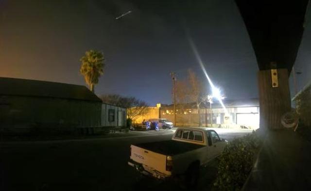 Vật thể lạ bay vút qua bầu trời đêm đông California - 1