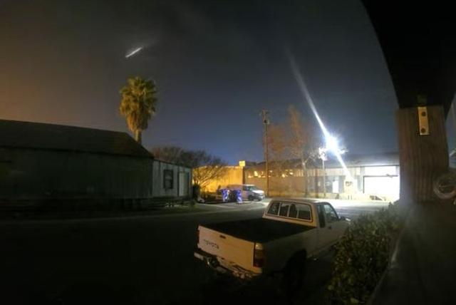 Vật thể lạ bay vút qua bầu trời đêm đông California - 2
