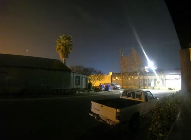 Vật thể lạ bay vút qua bầu trời đêm đông California - 3