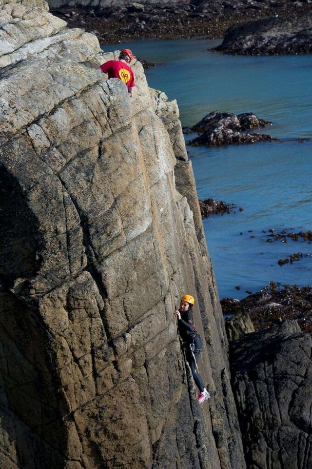 Chi 11 triệu đồng để thử cảm giác ngủ cheo leo bên vách núi giữa biển - 4