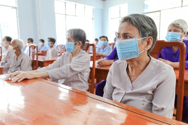 Bộ trưởng Đào Ngọc Dung tặng quà đối tượng bảo trợ xã hội tỉnh Bình Dương - 2