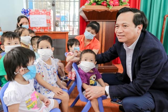 Bộ trưởng Đào Ngọc Dung tặng quà đối tượng bảo trợ xã hội tỉnh Bình Dương - 3