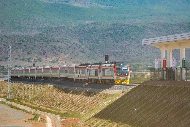 Quốc gia châu Phi oằn mình trả nợ dự án đường sắt hợp tác với Trung Quốc - 1