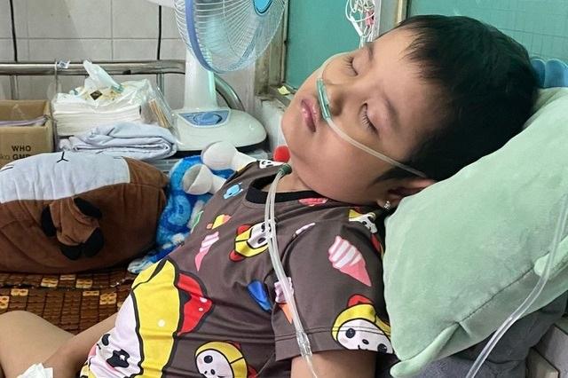 Bé gái 6 tuổi mắc bệnh hiểm 2 lần đối mặt tử thần đã đầu hàng số phận - 1