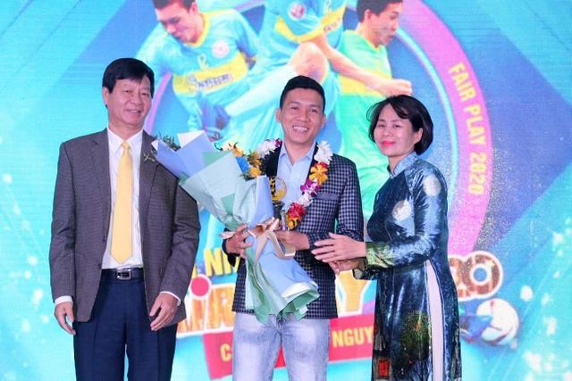 Hồng Duy hụt giải fair-play của bóng đá Việt Nam năm 2020 - 2