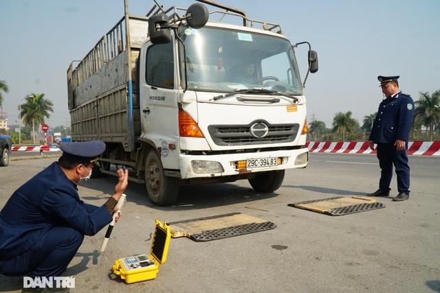 Cầu Thăng Long vừa thông xe, phạt gần 400 triệu đồng 7 ô tô chở quá tải - 1