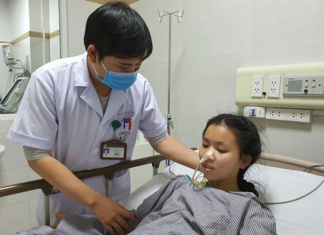 Xót xa cảnh người cha nghèo đi hỏi chỗ bán thận, bán máu để cứu con gái - 1
