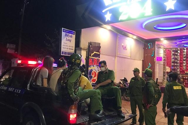 Phát hiện 14 nam, nữ trong quán karaoke dương tính với ma túy - 2