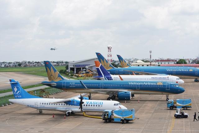 Mây mù dày đặc, nhiều chuyến bay không thể cất - hạ cánh tại Nội Bài - 1