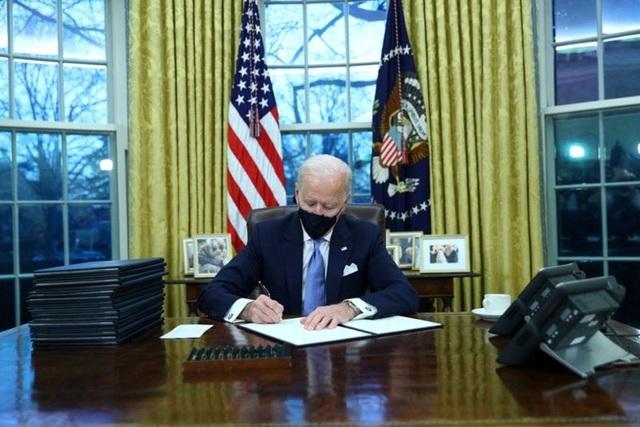 Ông Biden ký 15 sắc lệnh đầu tiên đảo ngược chính sách của ông Trump - 1
