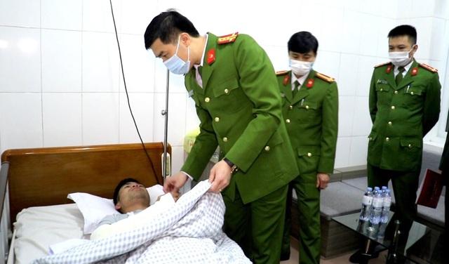 Trưởng công an xã bị ngã trọng thương khi tham gia chữa cháy - 1
