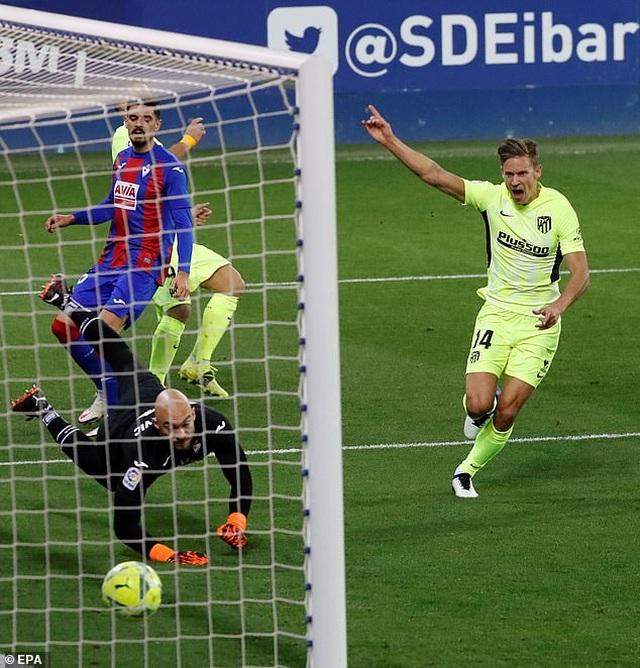 Luis Suarez lập cú đúp, Atletico hơn Real Madrid đến 7 điểm - 2