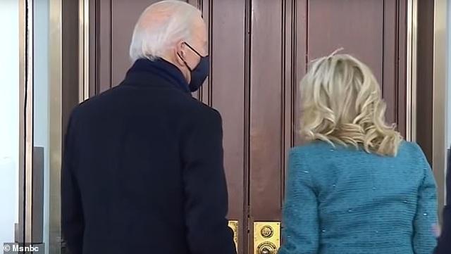 Video ông Biden bối rối vì không vào được Nhà Trắng sau lễ nhậm chức - 1