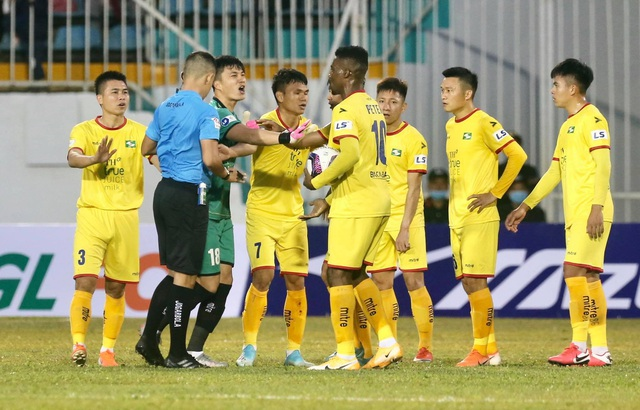 Thua Kiatisuk, HLV SL Nghệ An phản ứng trọng tài - 3