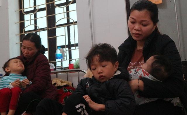 Thương người phụ nữ cùng lúc ôm 3 đứa con nằm viện khóc chồng ung thư - 1