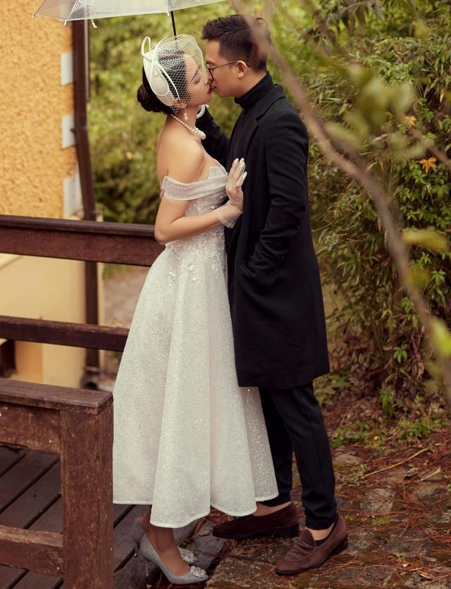 Á hậu Thúy An ngọt ngào khóa môi chồng tại Đà Lạt - 6