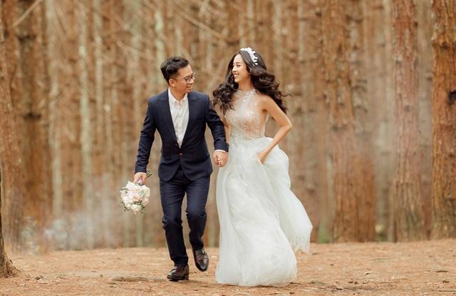 Á hậu Thúy An ngọt ngào khóa môi chồng tại Đà Lạt - 1