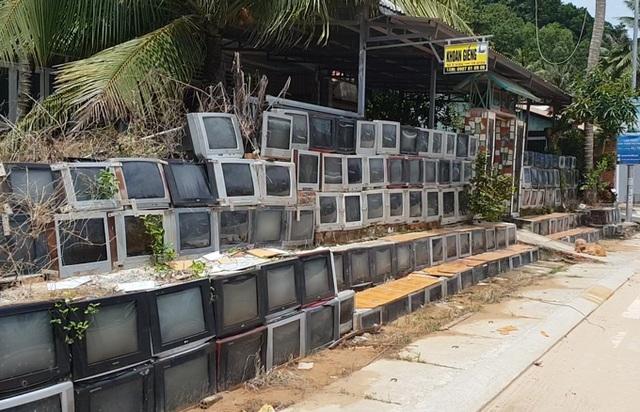 Độc lạ những căn nhà Việt có hàng rào được ốp bằng iPhone và tivi - 2