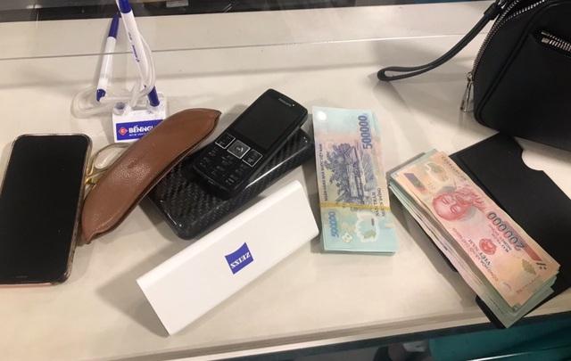 Khách vội xuống máy bay bỏ quên cả bọc tiền và điện thoại iPhone - 1