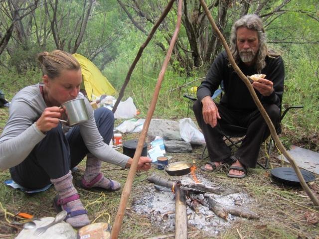 Cuộc sống khó tin của đôi vợ chồng 10 năm sống ẩn mình trong rừng sâu - 7