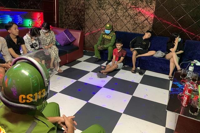 Phát hiện 8 nam, nữ bay lắc trong quán karaoke dương tính với ma túy - 1