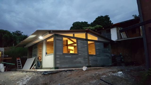 Căn nhà xây trong 5 ngày, chi phí rẻ không ngờ nhờ làm từ gạch... nhựa - 4