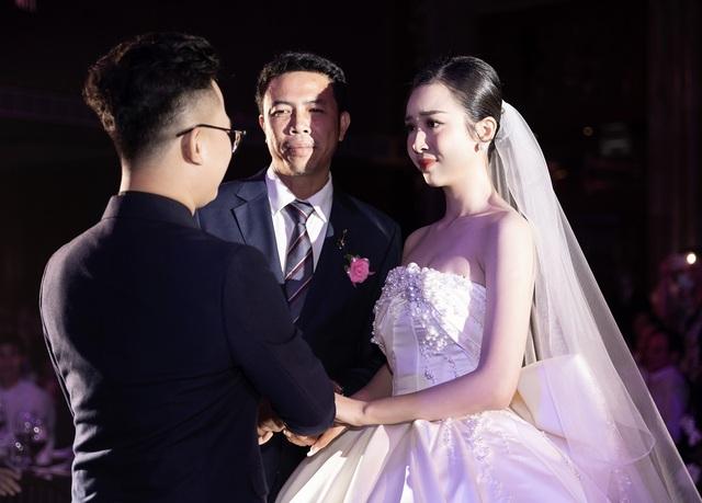 Trần Tiểu Vy khóc, Đỗ Mỹ Linh làm MC cho đám cưới Thúy An - 15