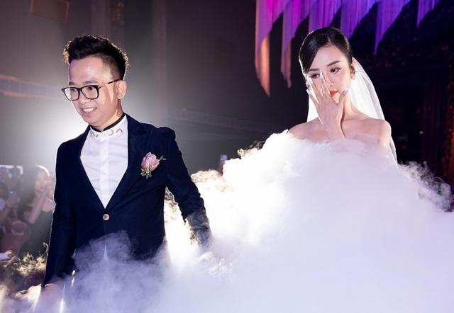 Trần Tiểu Vy khóc, Đỗ Mỹ Linh làm MC cho đám cưới Thúy An - 16