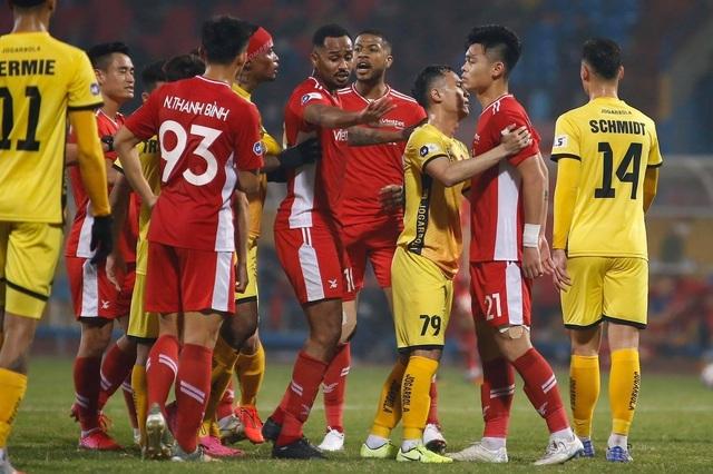 Căng thẳng các cặp đấu trên sân Pleiku và Hàng Đẫy ở vòng 3 V-League - 3