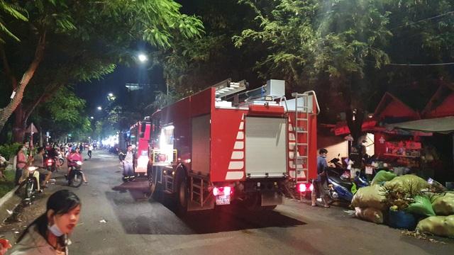 Hai kiot trong chợ Biên Hòa bị lửa thiêu rụi - 2