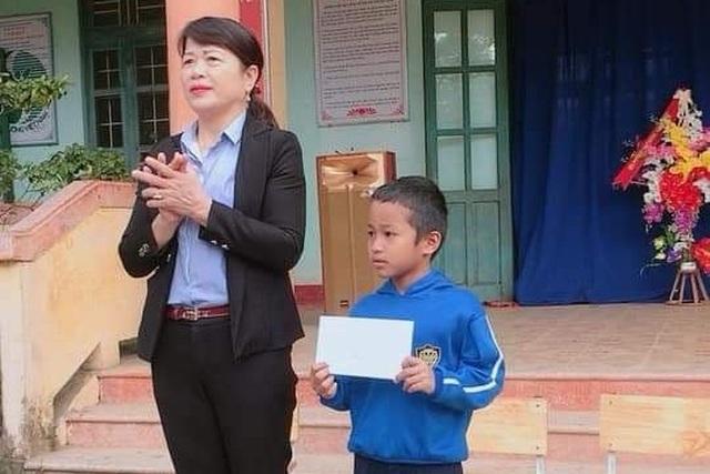 Biểu dương học sinh nghèo lớp 2 trả lại 7 triệu đồng nhặt được - 1