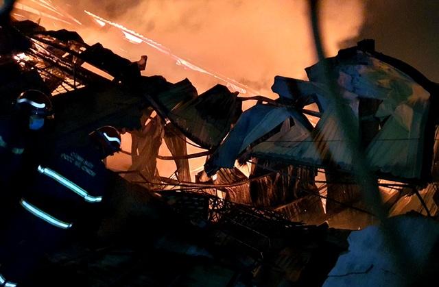 Hỏa hoạn cực lớn, công ty gỗ rộng hàng nghìn m2 chìm trong biển lửa - 5