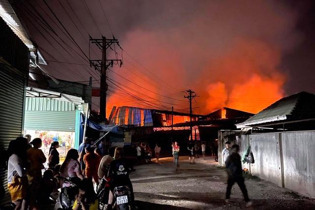 Hỏa hoạn cực lớn, công ty gỗ rộng hàng nghìn m2 chìm trong biển lửa - 6