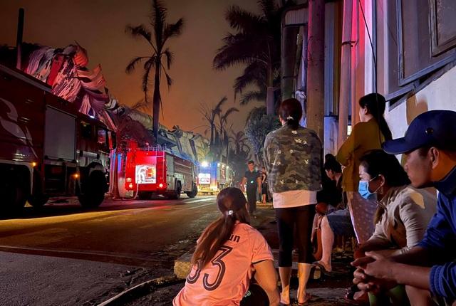 Hỏa hoạn cực lớn, công ty gỗ rộng hàng nghìn m2 chìm trong biển lửa - 7