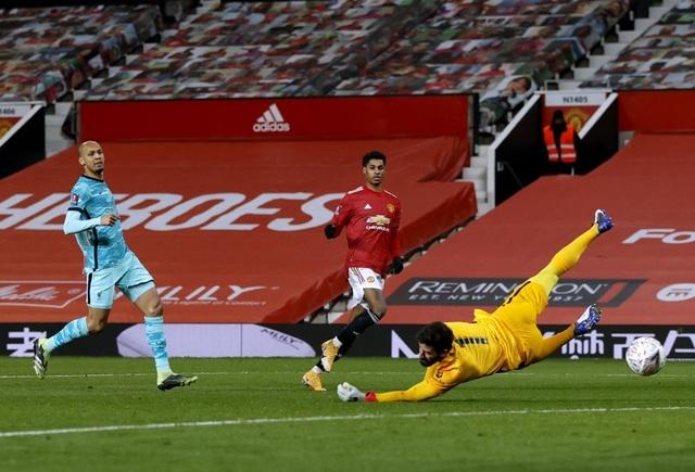 Man Utd 3-2 Liverpool: Salah lập cú đúp, Fernandes tung đòn quyết định - 8