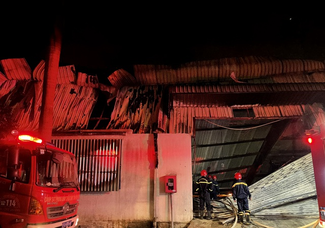 Hỏa hoạn cực lớn, công ty gỗ rộng hàng nghìn m2 chìm trong biển lửa - 4