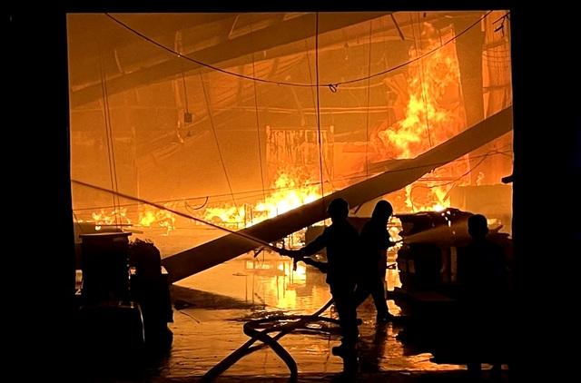 Hỏa hoạn cực lớn, công ty gỗ rộng hàng nghìn m2 chìm trong biển lửa - 3