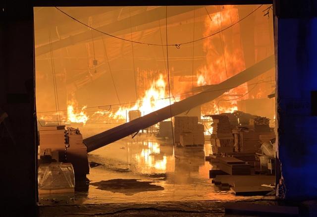Hỏa hoạn cực lớn, công ty gỗ rộng hàng nghìn m2 chìm trong biển lửa - 1