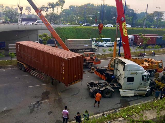 Xe container lật ngang hầm chui, cửa ngõ TP Thủ Đức tê liệt - 1