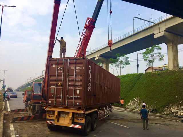 Xe container lật ngang hầm chui, cửa ngõ TP Thủ Đức tê liệt - 2
