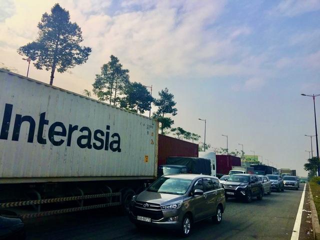 Xe container lật ngang hầm chui, cửa ngõ TP Thủ Đức tê liệt - 4