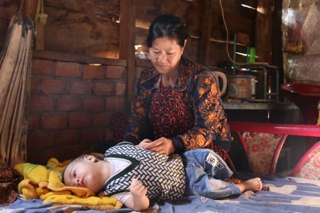 Bà đứt ruột cho cháu trai uống thuốc ngủ mỗi đêm để thoát cảnh trời đày - 4