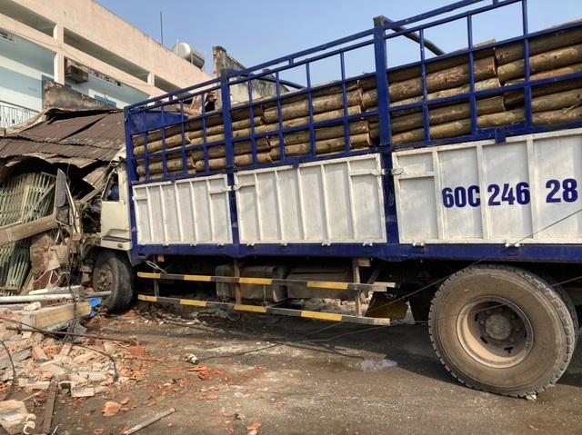 Xe tải húc bay hàng loạt phương tiện, tông sập nhà dân - 1